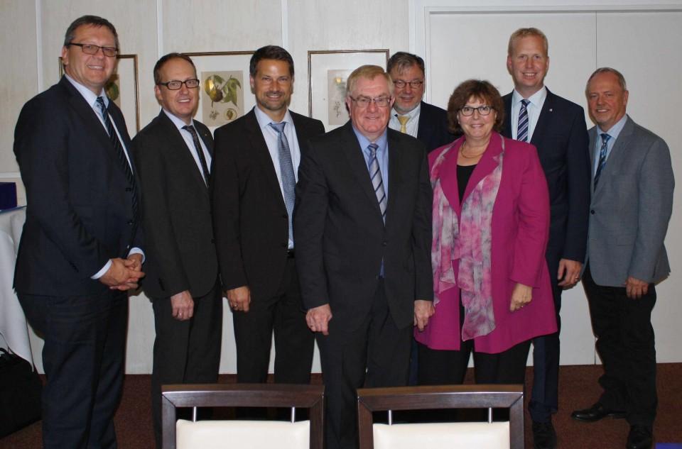(v.l.) Joachim Brendel, Michael Jansen, Andrés Heinemann, Reinhold Sendker MdB, Michael Heinz, Astrid Birkhahn MdL, Henning Rehbaum MdL und Dirk Griepenburg.
