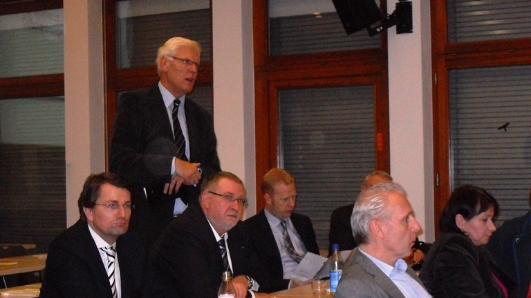 Auf dem Bezirksparteitag der CDU in Münster-Wolbeck  sprach sich Dr. Peter Paziorek (stehend)  für eine vertiefte Zusammenarbeit mit der CDA der Niederlande aus. Mit dabei die Delegierten der CDU des Kreisverbandes Warendorf-Beckum, Guido Gutsche (Enniger